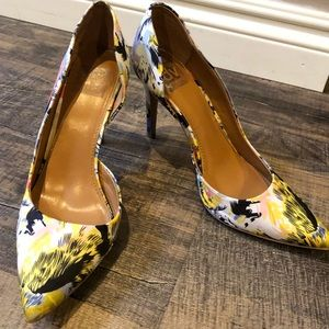 Great condition fun floral pump!